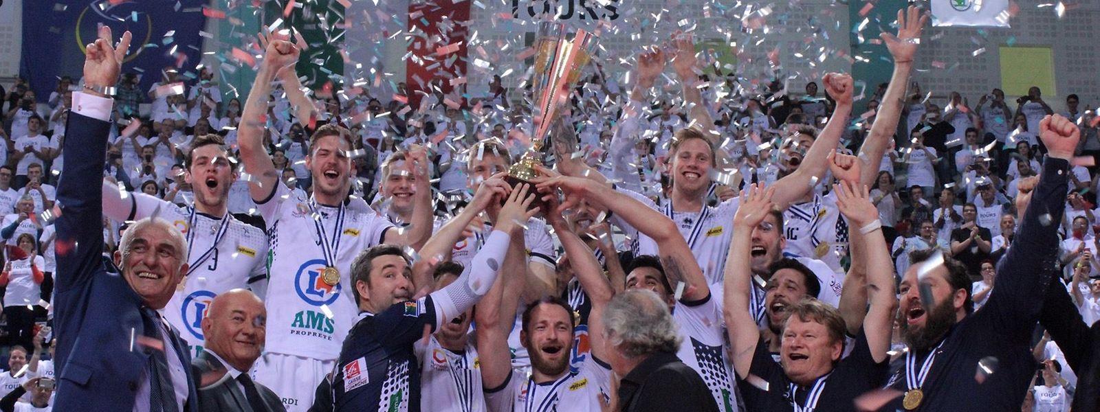 Im Freudentaumel: Die Volleyballer aus Tours haben den goldenen Satz für sich entschieden. Der Luxemburger Chris Zuidberg (hinten, 3.v.l.) war mittendrin.
