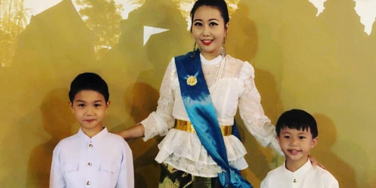 Thailändische Mutter mit ihren Söhnen Master und Visa.
