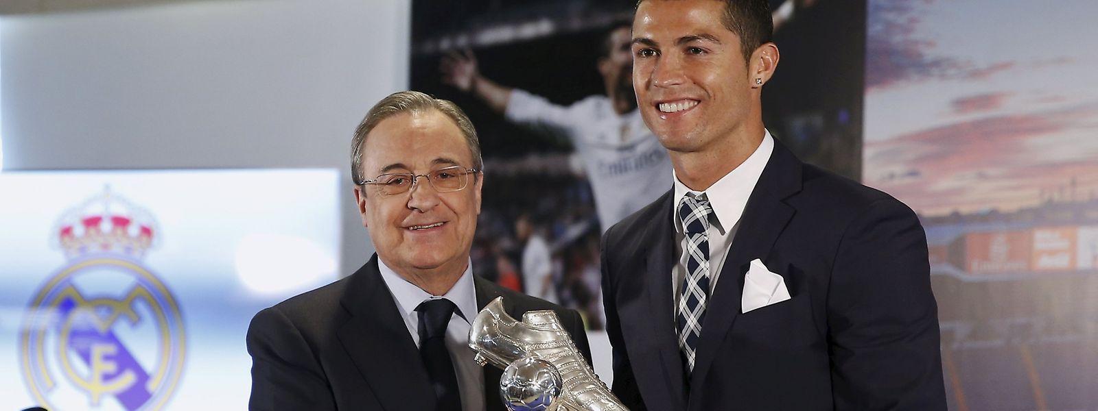 Cristiano Ronaldo recebeu das mãos de Florentino Perez, presidente do Real Madrid, o troféu de melhor marcador da história do clube