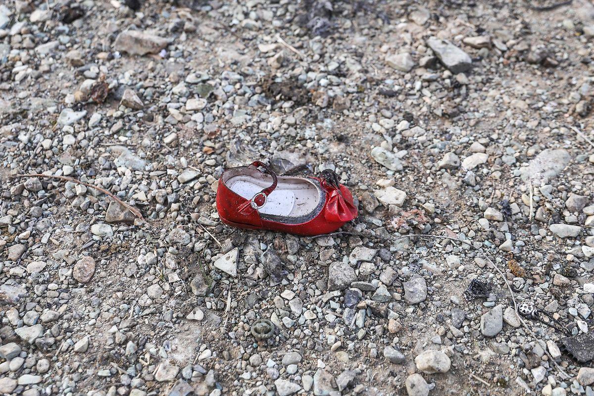 Ein Schuh eines Kindes liegt an der Absturzstelle des ukrainischen Passagierjets. 176 Menschen kamen bei dem Unglück in der Nähe von Teheran ums Leben.