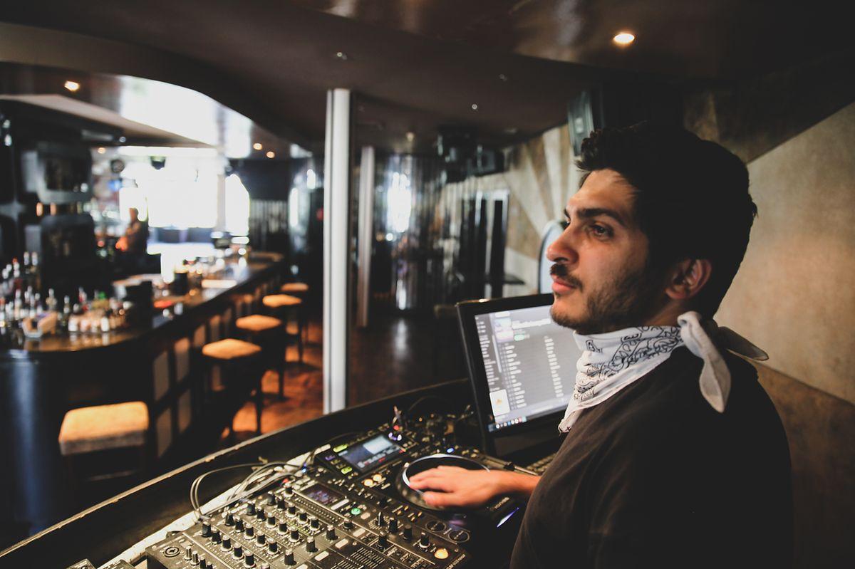 Arséne, aliás DJ Ars, no seu posto habitual no IKKI, mas agora sem ninguém a ouvi-lo.