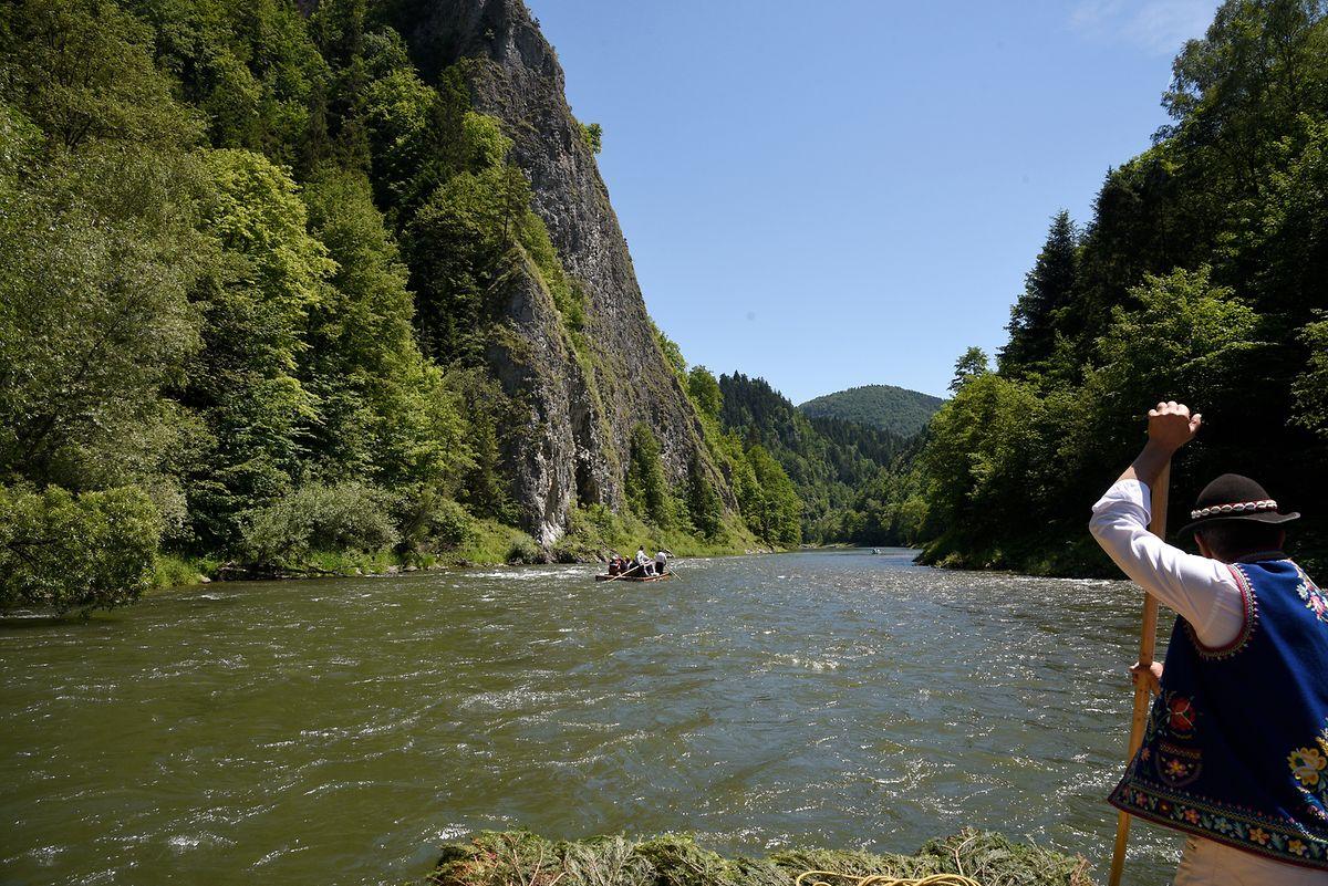 Steile Felswände mit dichten Wäldern ragen an den Ufern des sagenumwobenen Dunajec auf, und man weiß nie, welche Richtung der Fluss nach der nächsten Biegung einschlägt.