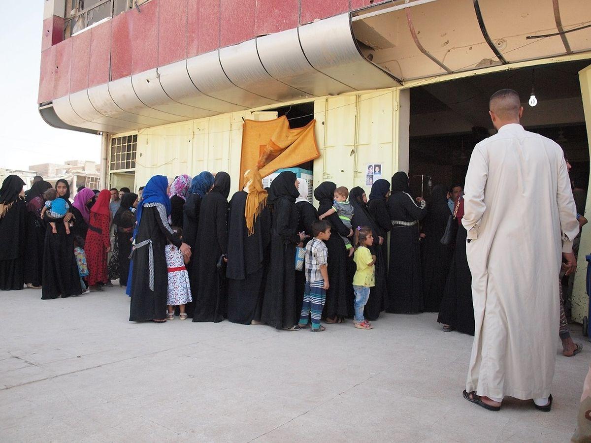 Ein Cadus-Stützpunkt außerhalb der Altstadt. Die Schlange der Patienten, vor allem Frauen mit ihren Kindern, ist lang.