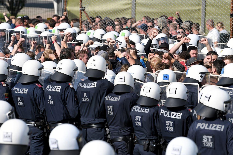 Polizisten stehen Darstellern bei der Grenzschutzübung «Proborders» an der Grenze zu Slowenien gegenüber. Die Übung soll die Abwehr von Flüchtlingen schulen.