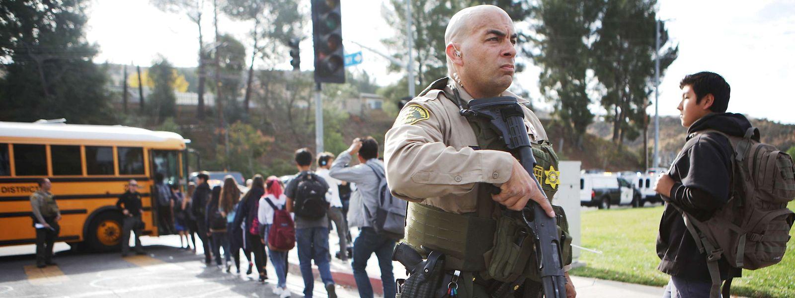 Die Schüler wurden unter Polizeischutz evakuiert, während die Einsatzkräfte nach dem Täter suchten.