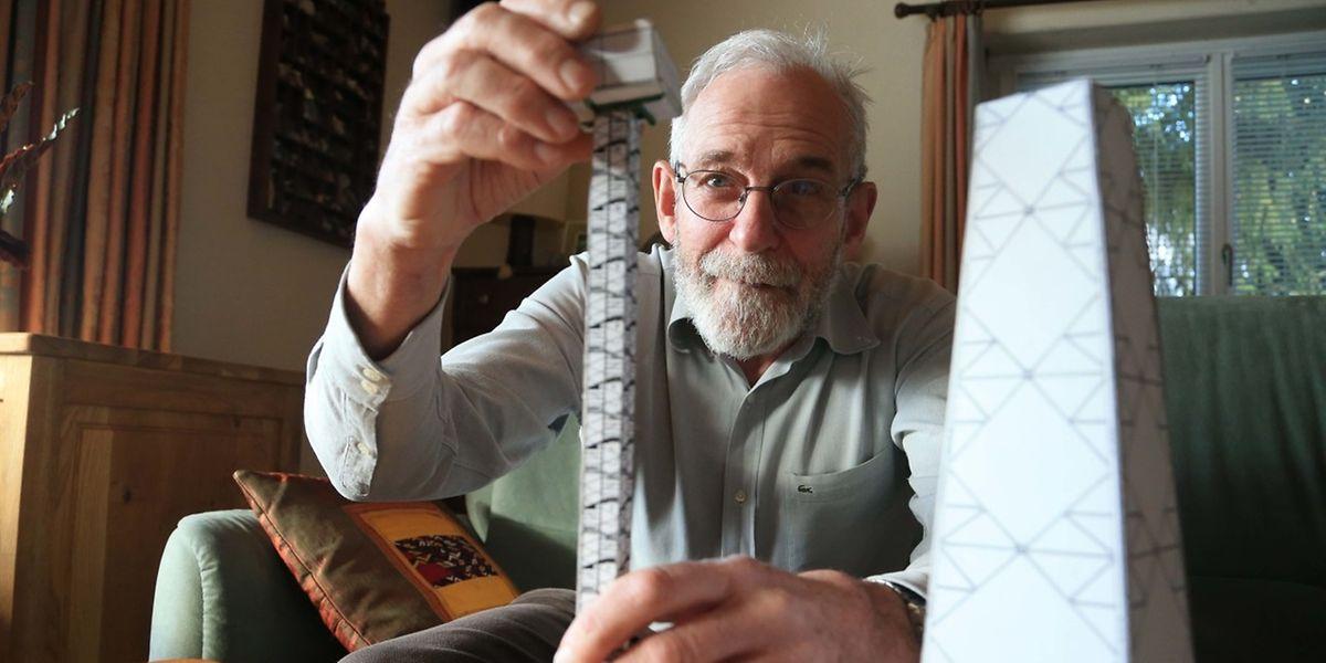Der pensionierte Bauingenieur Guy Waringo mit dem Modell des Panoramaturms.