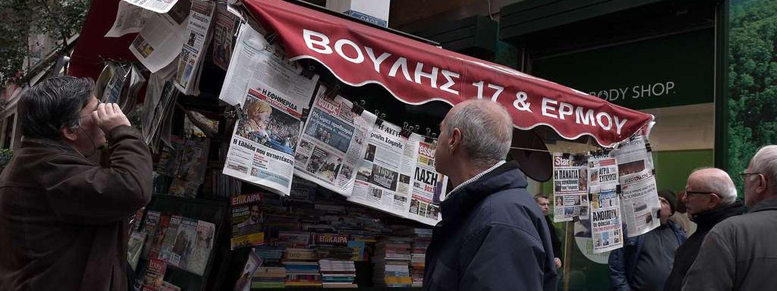 Aus der Zeitung erfahren die Griechen, dass die Regierung einen Verlängerungsantrag stellt.
