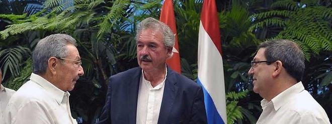 Le ministre luxembourgeois des Affaires étrangères Jean Asselborn entre Raúl Castro (à g.) et son homologue cubain Bruno Eduardo Rodriguez.