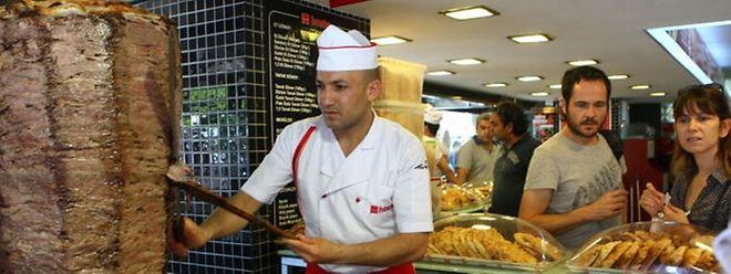 """Es ist """"nicht wünschenswert"""", beim Essen in der Türkei die linke Hand zu benutzen. Das hat nun das staatliche Religionsamt erklärt."""