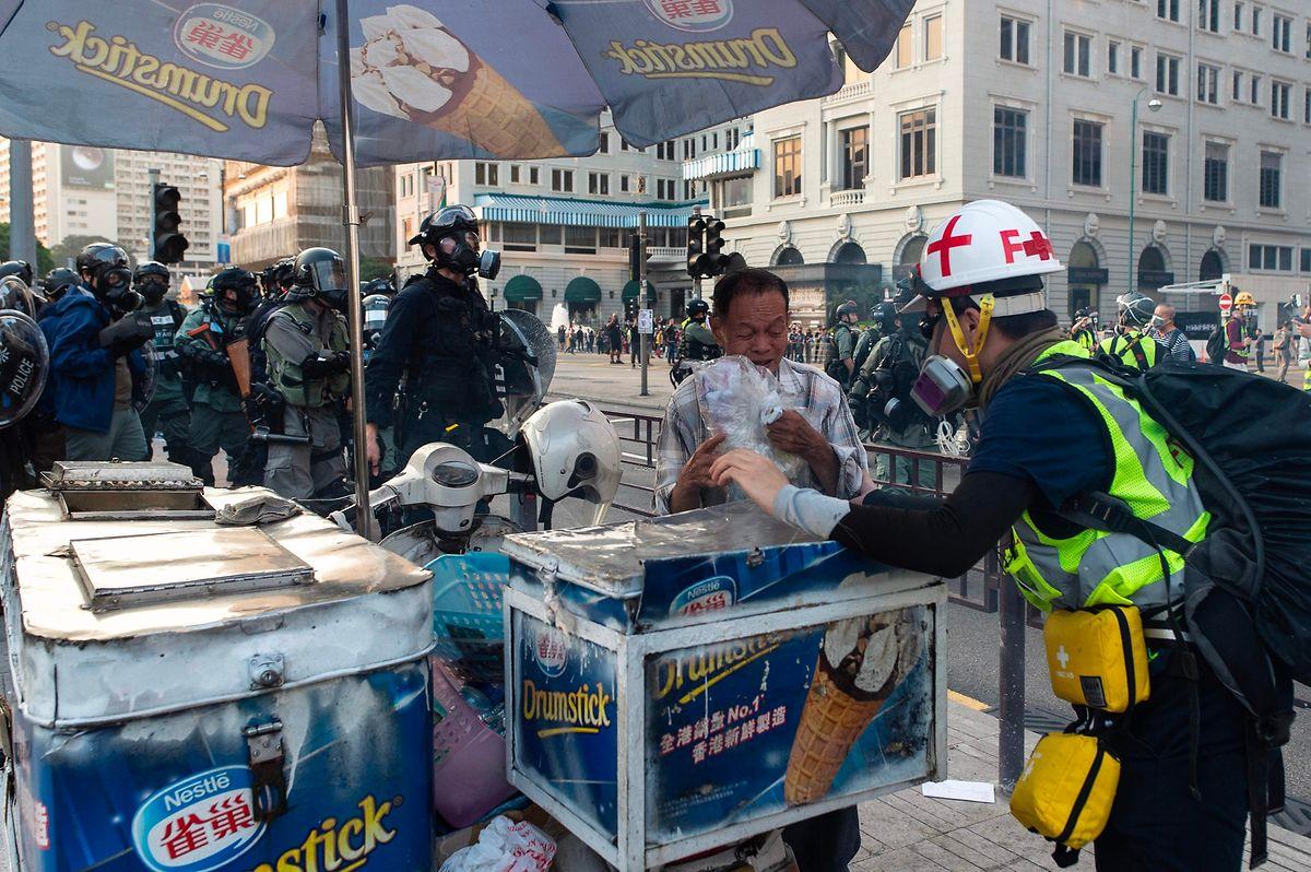 Fahrende Händler versuchten in Windeseile, ihr Hab und Gut in Sicherheit zu bringen.