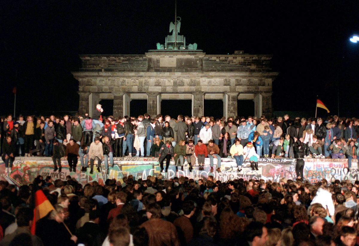 Tausende Menschen haben den Fall der Berliner Mauer 1989 ausgelassen gefeiert.