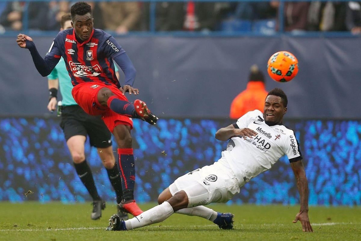 Yann Karamoh contourne Georges Mandjeck. L'attaquant caennais a ouvert la marque ce dimanche.