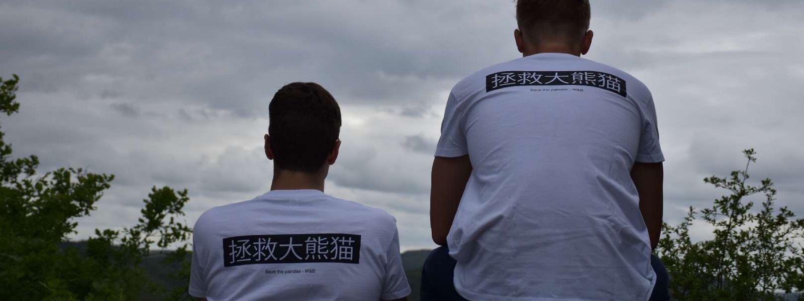 """""""Rettet die Pandas"""": Die chinesischen Schriftzeichen auf dem Rücken entstammen der Feder von Rémi Fabiani und Jacques Schmitz (r.)."""