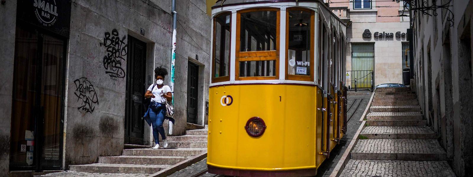 Le Portugal, lui aussi, sort petit à petit du confinement. Là-bas aussi, port du masque de rigueur dans les transports en commun.