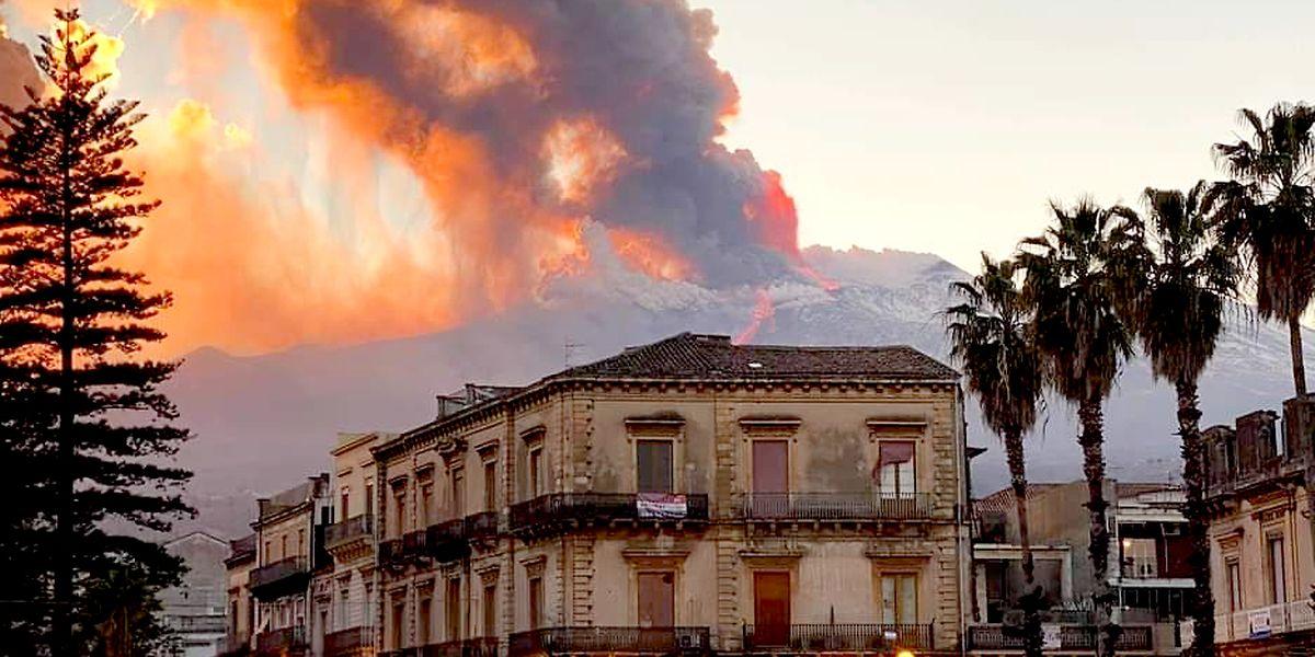 Der Vulkan Ätna in der Nähe von Catania spuckt Lava. EIner der jüngsten Ausbrüche begann in der Nacht zum Dienstag (23.02.2021) und provozierte eine riesige Eruptionssäule, die sich mehrere Kilometer von der Spitze des Ätna erhob.