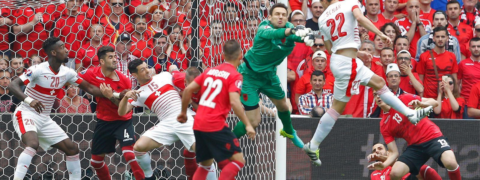 Fabian Schär steigt höher als der albanische Torwart und trifft zum 1:0.