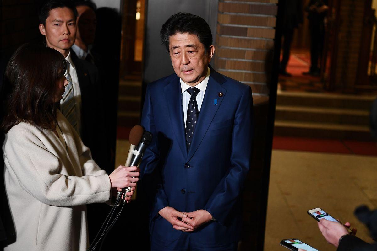 Japans Premierminister Shinzo Abe unterrichtet die Medien über seinen Entschluss.