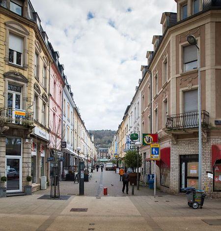 """Im Gebäude der ehemaligen Metzgerei rechts im Bild entstehen Wohnungen und ein Informationsbüro von """"Inter-Actions Faubourg"""", so Bürgermeisterin Vera Spautz."""