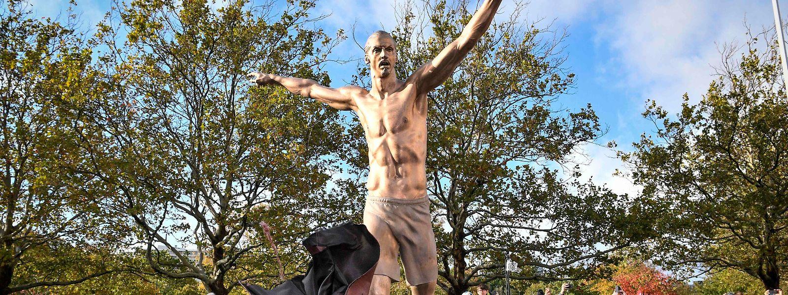A nova estátua de 'Ibra'.