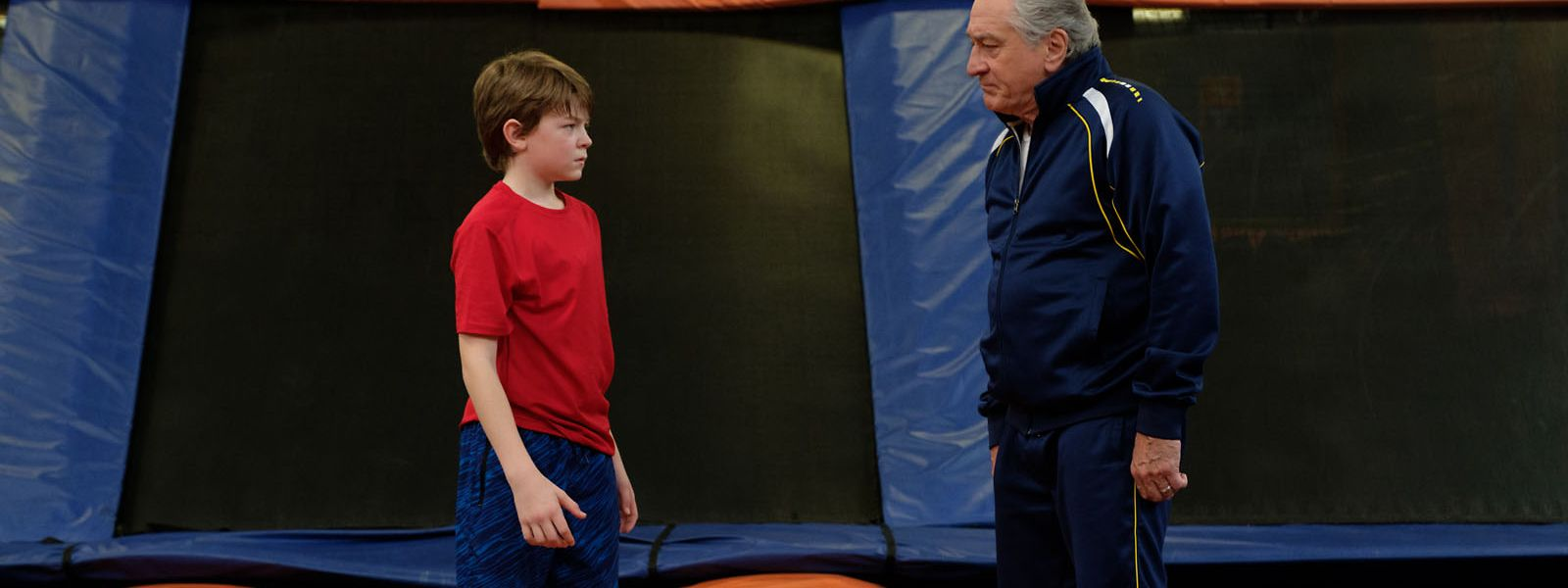 Sportlich geht es beim Völkerballduell der Generationen auf dem Trampolinschlachtfeld zwischen Peter (Oakes Fegley) und Opa Ed (Robert De Niro) nicht zu – sehr zur Freude des Zuschauers.