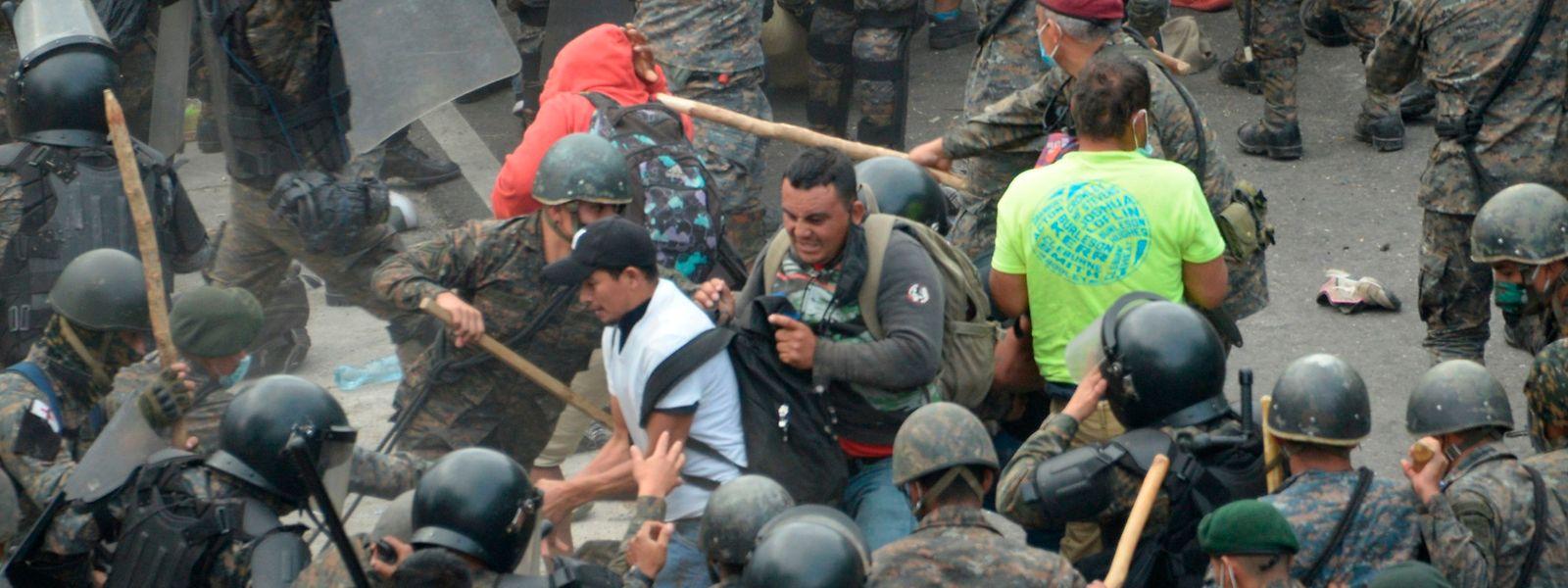 Forças de segurança da Guatemala dispararam gás lacrimogéneo sobre uma caravana de milhares de migrantes que se dirigiam para os EUA.