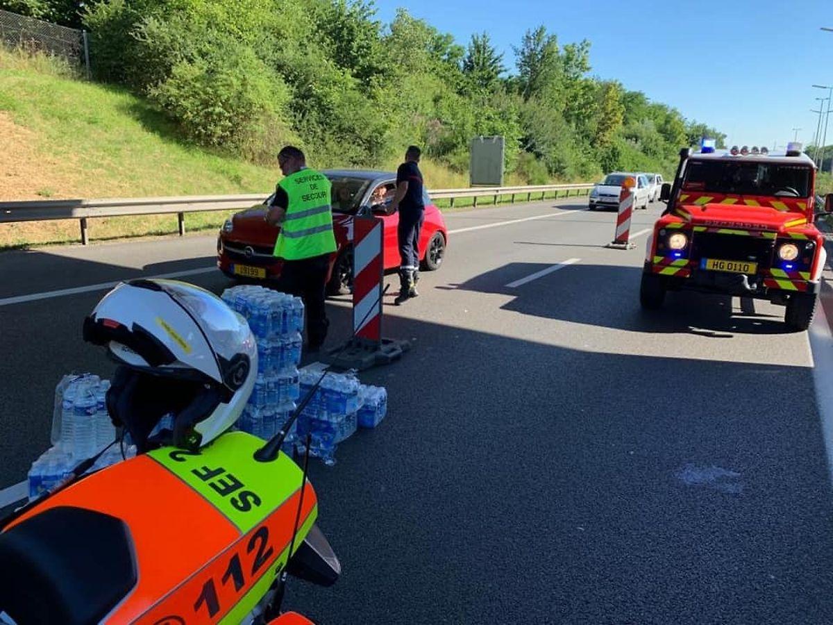 Auf der A1 wurde am Samstag Wasser verteilt.