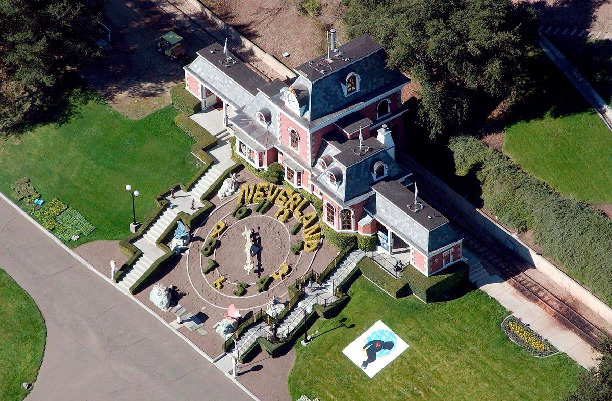 """""""Neverland"""" foi o nome dado ao rancho do cantor, na Califórnia, em alusão à ilha de fantasia da história do Peter Pan."""