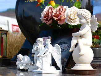 Immer häufiger sieht man neben den traditionellen Blumen und Kerzen auch individuelle Mitbringsel der Grabbesucher in Form von Figuren und Grabplättchen mit eingravierten Fotos von Autos oder Motorrädern. Bis zu 20-30 Stück passen auf die Grabplatte, so Streb. / Foto: Inna GANSCHOW