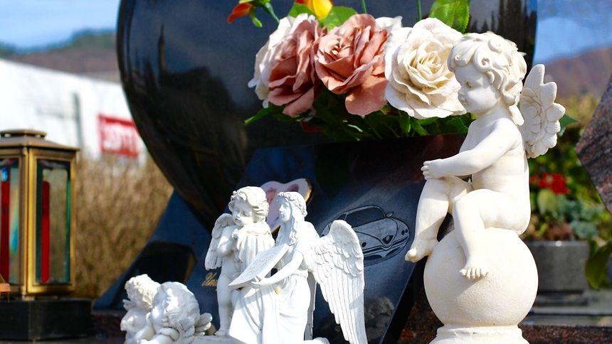 Immer häufiger sieht man neben den traditionellen Blumen und Kerzen auch individuelle Mitbringsel der Grabbesucher in Form von Figuren und Grabplättchen mit eingravierten Fotos.