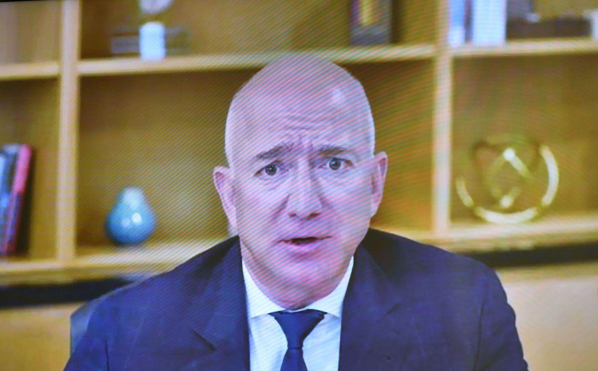 Jeff Bezos wirkte während seiner Aussage nicht immer souverän.