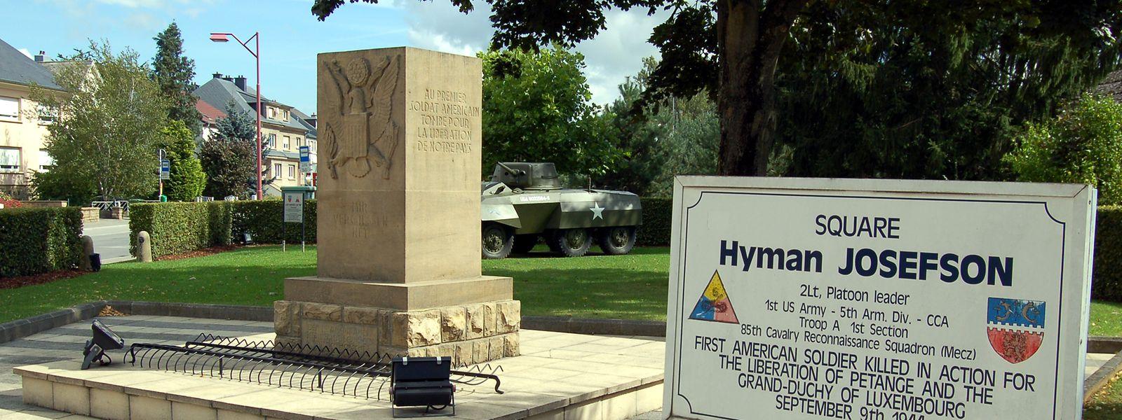 Der Name Hyman Josefson ist in Petingen durch diesen Gedenkstein am Platz der seinen Namen trägt, verewigt.
