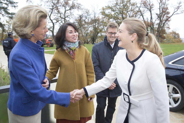 Marie-Françoise Glaesener (l.) von den Amis des Musées d'Art et d'Histoire Luxembourg begrüßt die Erbgroßherzogin (r.)
