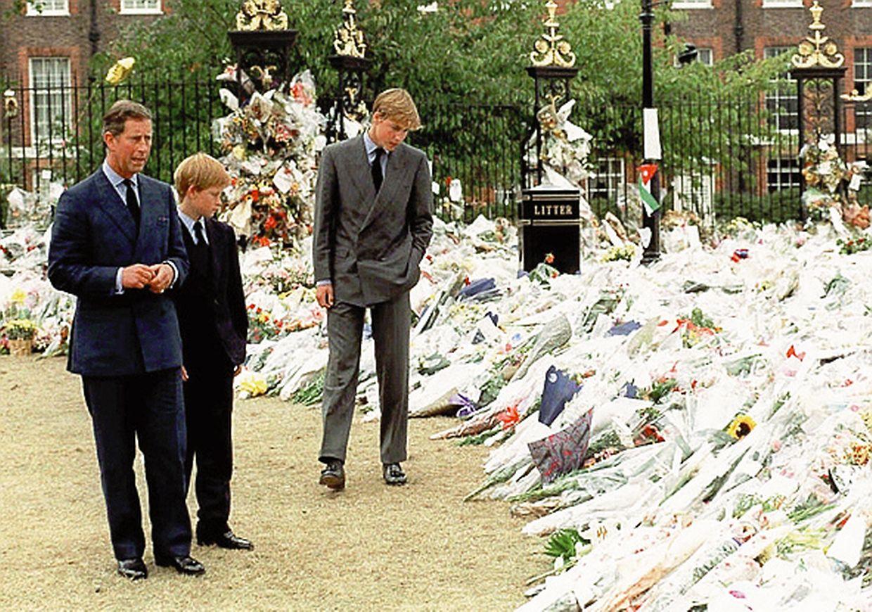 1997: Dianas Söhne William und Harry und ihr Vater Prinz Charles besichtigen die Blumen an den Toren des Kensington Palace.