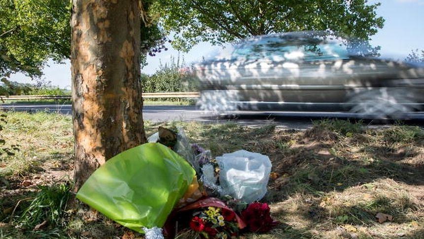 Am 25. September 2017 wurden an der N5 bei Dippach ein 28-jähriger Mann und eine 22-jährige Frau getötet. An der Unfallstelle legten Angehörige Blumen nieder.