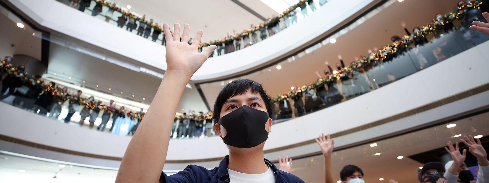 Ein Demonstrant hält während einer Kundgebung im International Finance Center die fünf Finger seiner Hand hoch. Sie stehen für die fünf Forderungen der Demonstranten, die u.a. freie Wahlen, eine unabhängige Untersuchung von Polizeibrutalität sowie Straffreiheit für die Festgenommenen und auch den Rücktritt der Regierungschefin umfassen.