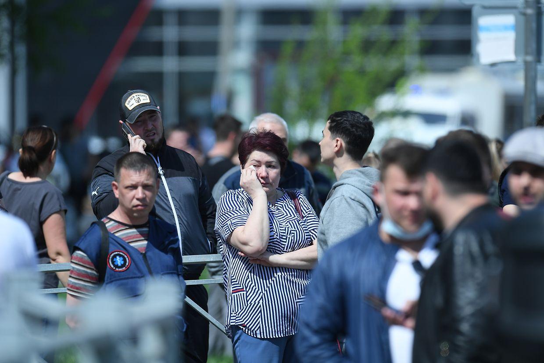 Angehörige der Opfer und Betroffene haben sich vor dem Gymnasium Nr. 175 versammelt.
