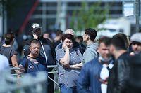 11.05.2021, Russland, Kasan: Angehörige der Opfer und Betroffene haben sich vor dem Gymnasium Nr. 175 versammelt. Bei einem Angriff auf die Schule sind mehrere Menschen getötet worden. Foto: Maksim Bogodvid/Sputnik/dpa +++ dpa-Bildfunk +++
