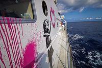 HANDOUT - 25.07.2020, ---: Das Rettungsschiff MV LouiseMichel ist vom Streetart-Künstler Banksy bemalt. Bansky unterstützt das Schiff zur Rettung von Flüchtlingen im Mittelmeer. Die MV Louise Michel sicherte bereits zwei Einsätze der Sea Watch 4 und hat jetzt selbst 89 Menschen gerettet. Foto: -/Louise Michel/dpa - ACHTUNG: Nur zur redaktionellen Verwendung im Zusammenhang mit der aktuellen Berichterstattung und nur mit vollständiger Nennung des vorstehenden Credits +++ dpa-Bildfunk +++