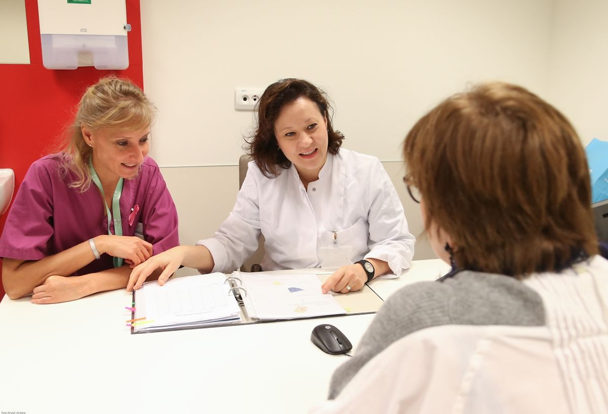 Céline Rezette (links) ist Krankenpflegerin und genau wie Dr. Florence Coppin (Mitte) auf das Thema Menopause spezialisiert. In der eigens für die Frau mittleren Alters entwickelten Klinik werden die Patientinnen individuell beraten und betreut.