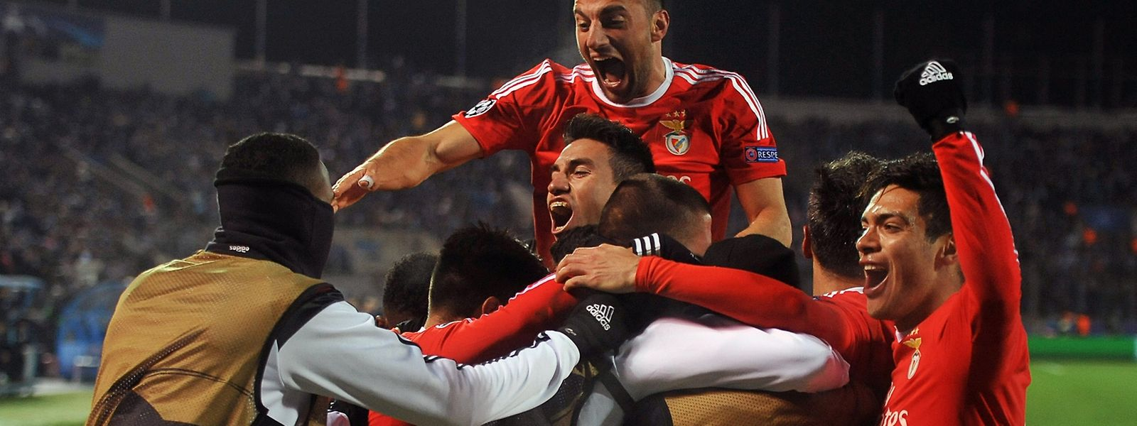 Benfica's players celebrate a goal during the second-leg round of 16 UEFA Champions League football match FC Zenit vs SL Benfica at the Petrovsky stadium in St. Petersburg on March 9, 2016. AFP PHOTO / OLGA MALTSEVA