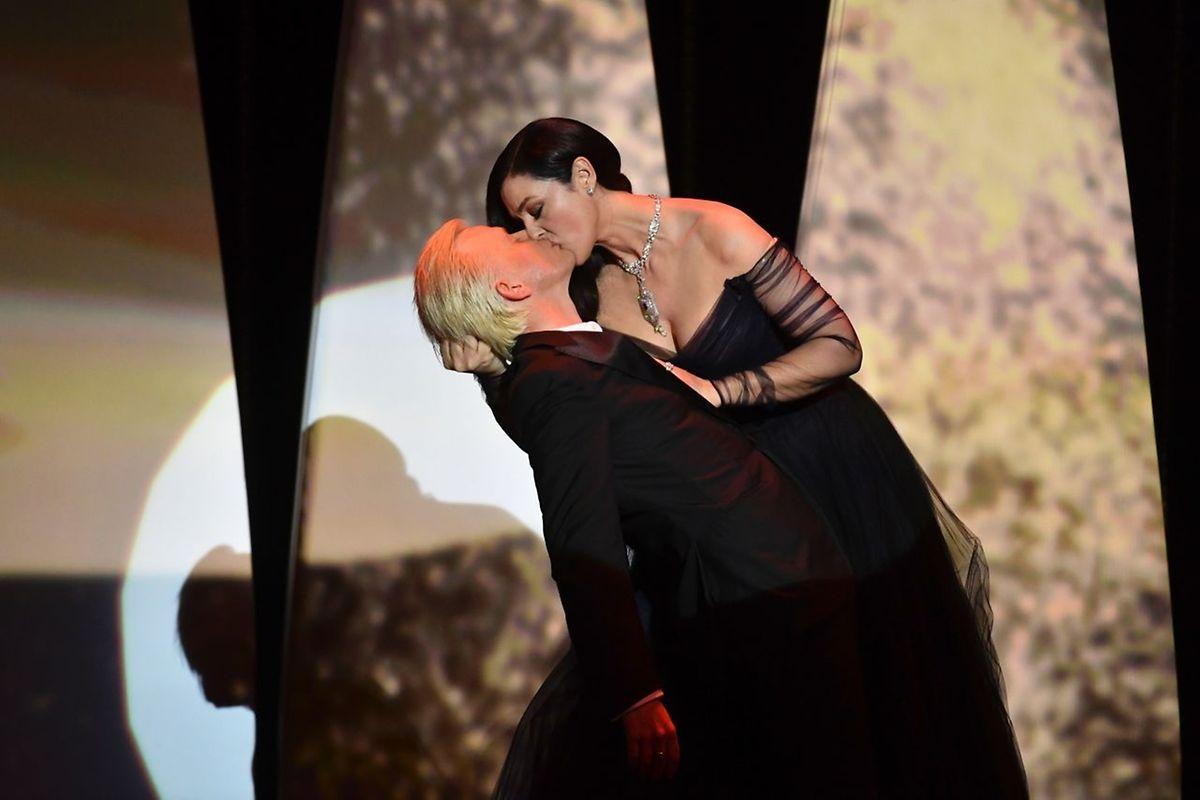 Monica Bellucci embrasse Alex Lutz