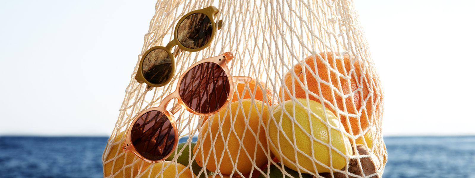 """Kunterbunter Schutz für die Augen: Sonnenbrillen mit runder Fassung aus der """"Glazed Ice""""-Kollektion von Izipizi, jeweils um 40 Euro."""