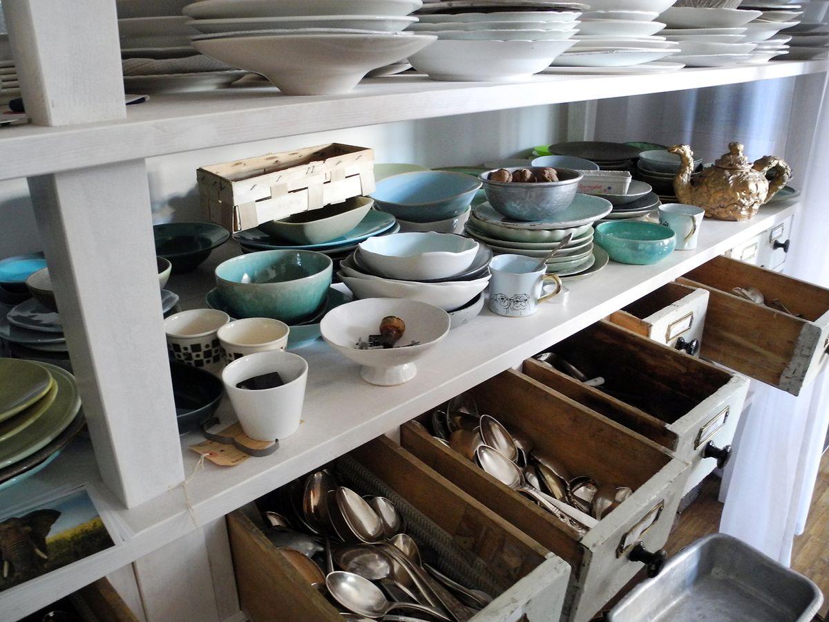 Schüsseln, Teller und Besteck in verschiedenen Farben, Formen und Größen: Food-Fotograf Jörg Lehmann besitzt Unmengen davon.