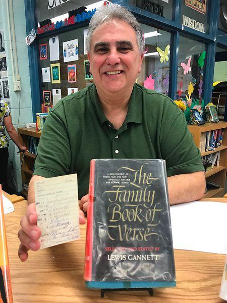 Sieht zumindest gelesen aus: Dominick Tarquinio, stellvertretender Direktor der Schule, mit dem Buch und der damals üblichen Original-Ausleihkarte.