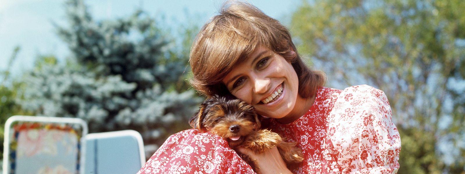 Schlagersängerin Mary Roos mit ihrem Yorkshire-Terrier Akiba - eine Aufnahme aus dem Jahr 1971.