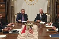Der türkische Präsident Tayyip Erdogan (Mitte links) und US-Vizepräsident Mike Pence (Mitte rechts) am Verhandlungstisch. Rechts neben Pence US-Außenminister Mike Pompeo, ganz links sein türkischer Amtskollege Mevlut Cavusoglu, daneben Vizepräsident Fuat Oktay.