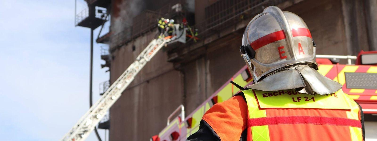 Insgesamt 80 Feuerwehrleute kämpften am vergangenen Dienstag gegen den Brand in einem Industriegebäude am ehemaligen Werksgelände Arbed-Schifflingen.