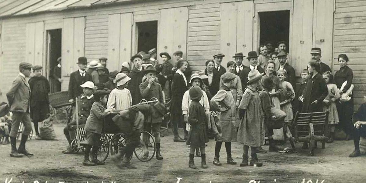 Hohe Arbeitslosigkeit, Nahrungsmittelknappheit, steigende Preise: Die Menschen durchlebten eine harte Zeit im Ersten Weltkrieg. Zur Notversorgung verteilte der Staat Kartoffeln und andere Lebensmittel an die Bevölkerung.