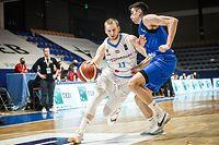 Alex Laurent (l.) zeigt gegen den Kosovo eine starke Leistung.