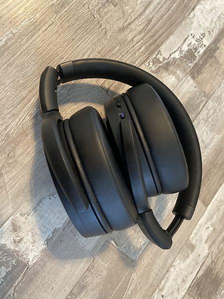 Praktisch: Das Headset lässt sich einfach zusammenklappen.